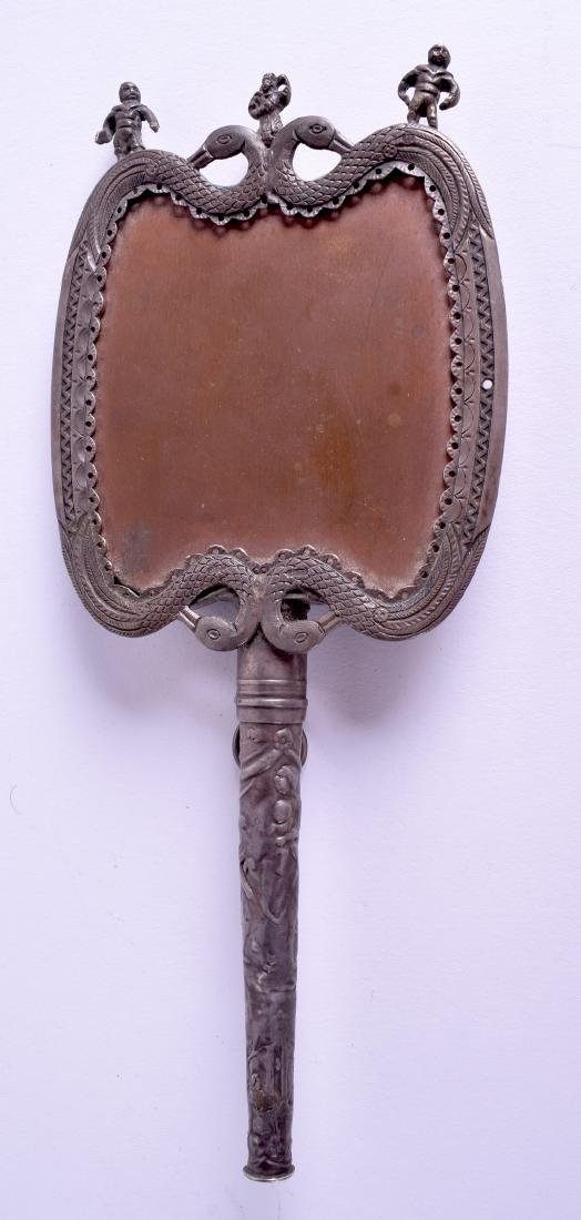 AN EARLY 20TH CENTURY INDIAN SILVER HAND MIRROR. 18 cm - 2