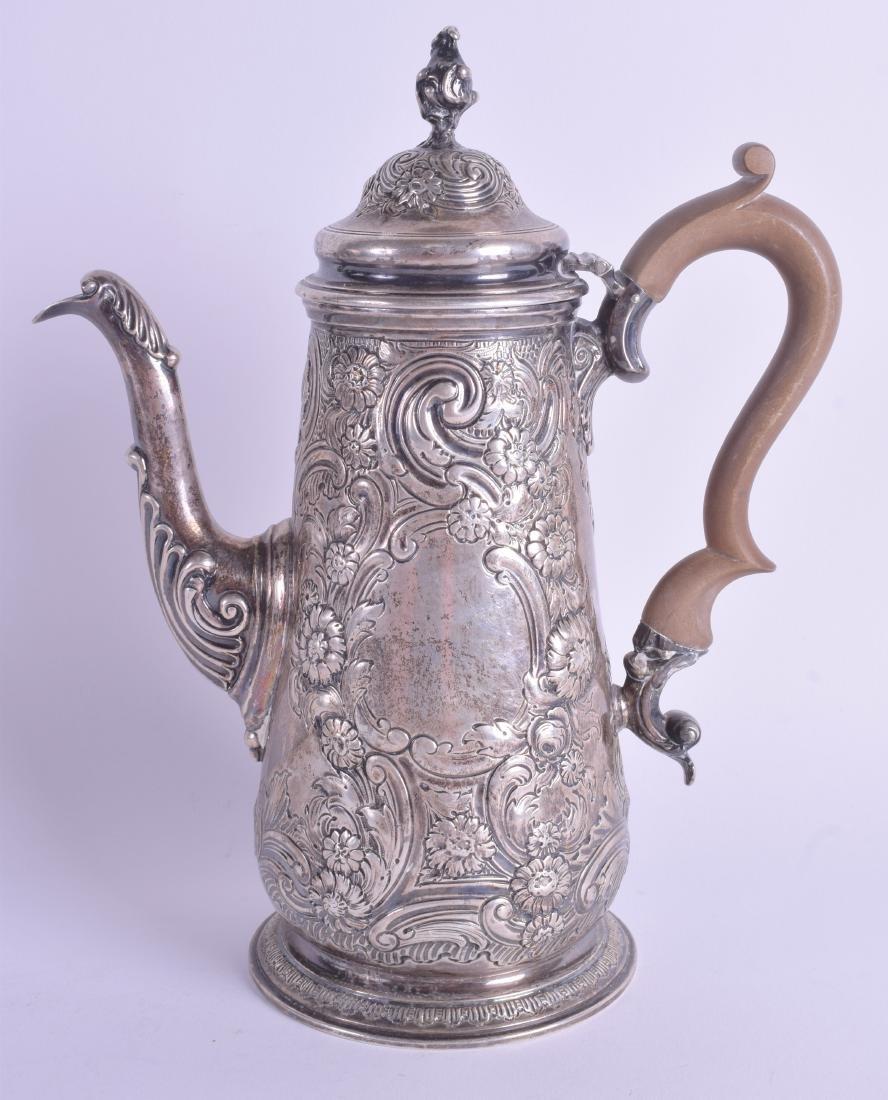 AN EDWARDIAN SILVER COFFEE POT. London 1901. 29.1 oz.