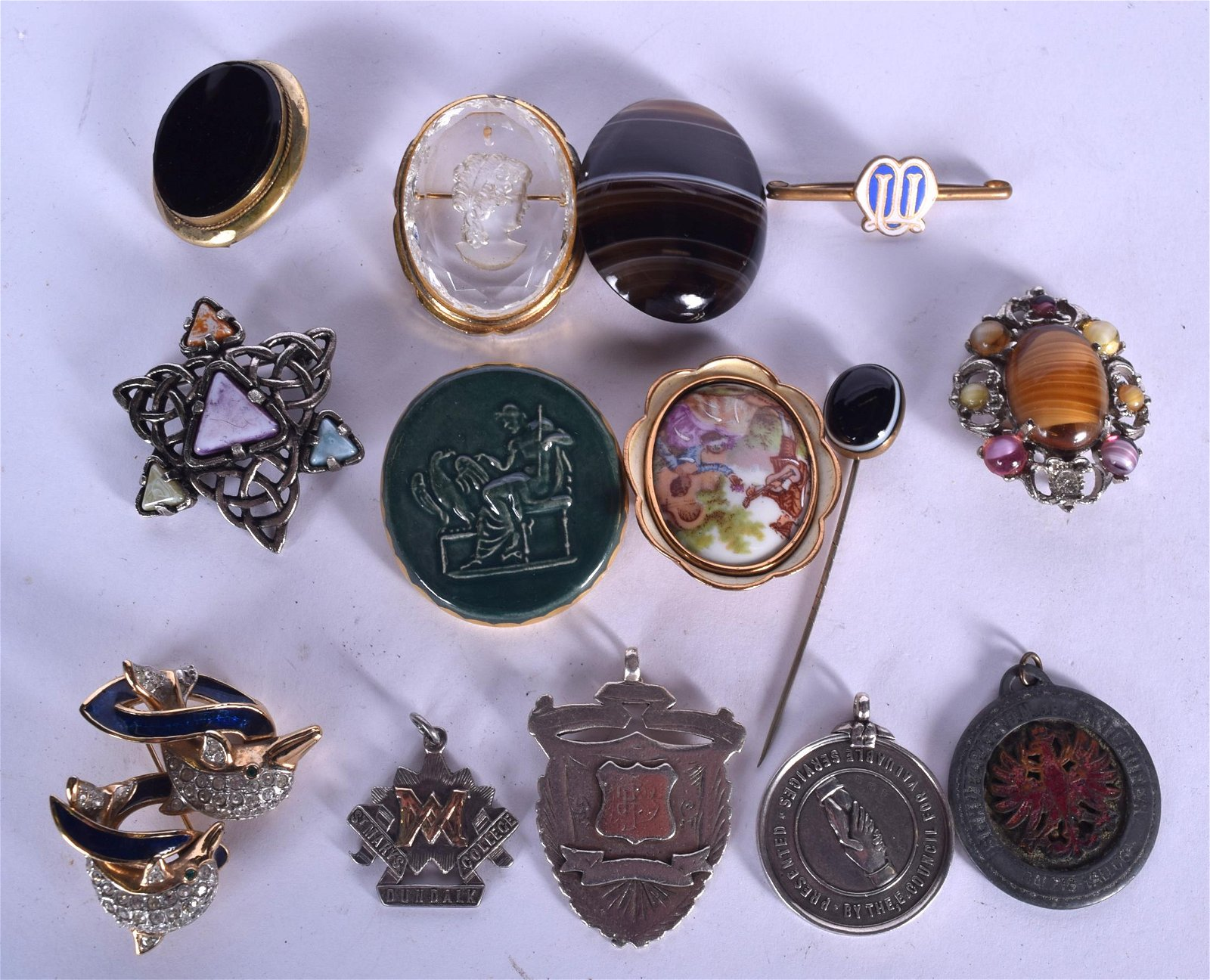 A COLLECTION OF ASSORTED BROOCHES, together with an