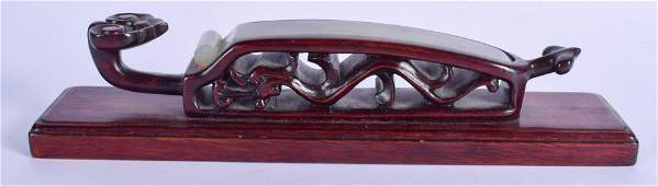 AN EARLY 20TH CENTURY CHINESE CARVED JADE HAIR SLIDE