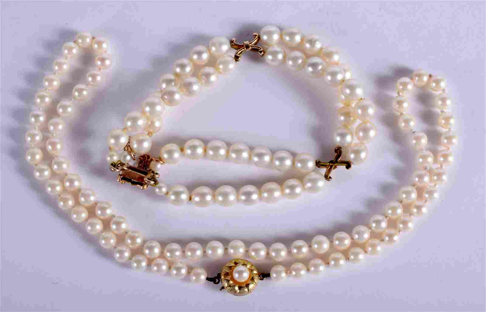 AN EDWARDIAN GOLD MOUNTED PEARL NECKLACE with matching