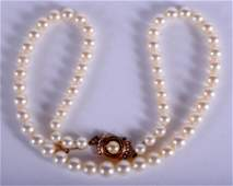 AN EDWARDIAN GOLD AND PEARL NECKLACE. 43 cm long.