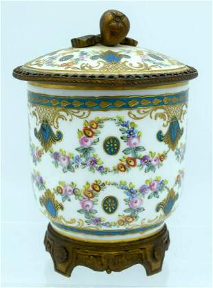 A 19TH CENTURY FRENCH PARIS PORCELAIN JAR AND COVER