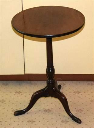 A GEORGE III MAHOGANY TABLE with circular top. 70 cm x