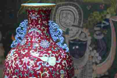 A FINE CHINESE TWIN HANDLED FAMILLE ROSE PORCELAIN