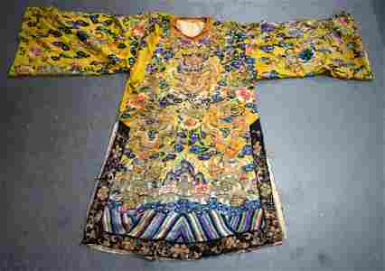 A 19TH CENTURY CHINESE IMPERIAL YELLOW SILK EMBROIDERED