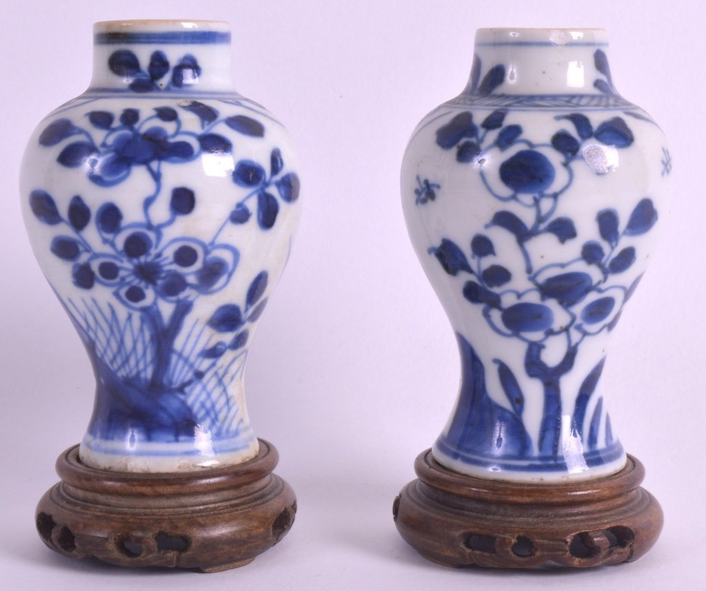 A PAIR OF 18TH CENTURY CHINESE BLUE AND WHITE BALUSTER