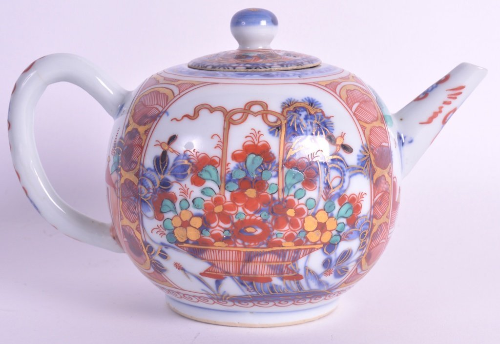 AN EARLY 18TH CENTURY CHINESE EXPORT TEAPOT AND COVER
