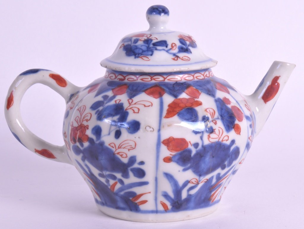 A 17TH CENTURY CHINESE EXPORT TEAPOT AND COVER Kangxi,