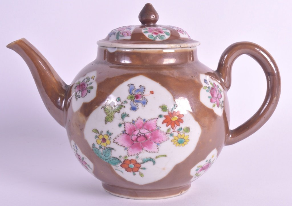 AN EARLY 18TH CENTURY CHINESE CAFÉ AU LAIT TEAPOT AND