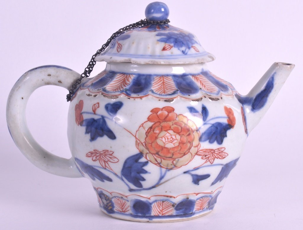 A 17TH CENTURY CHINESE IMARI PORCELAIN TEAPOT AND COVER
