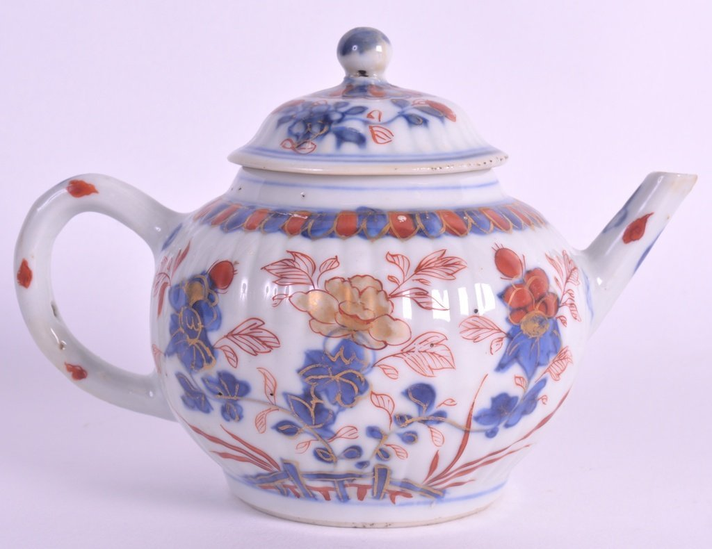 A SMALL 17TH CENTURY CHINESE IMARI PORCELAIN TEAPOT AND