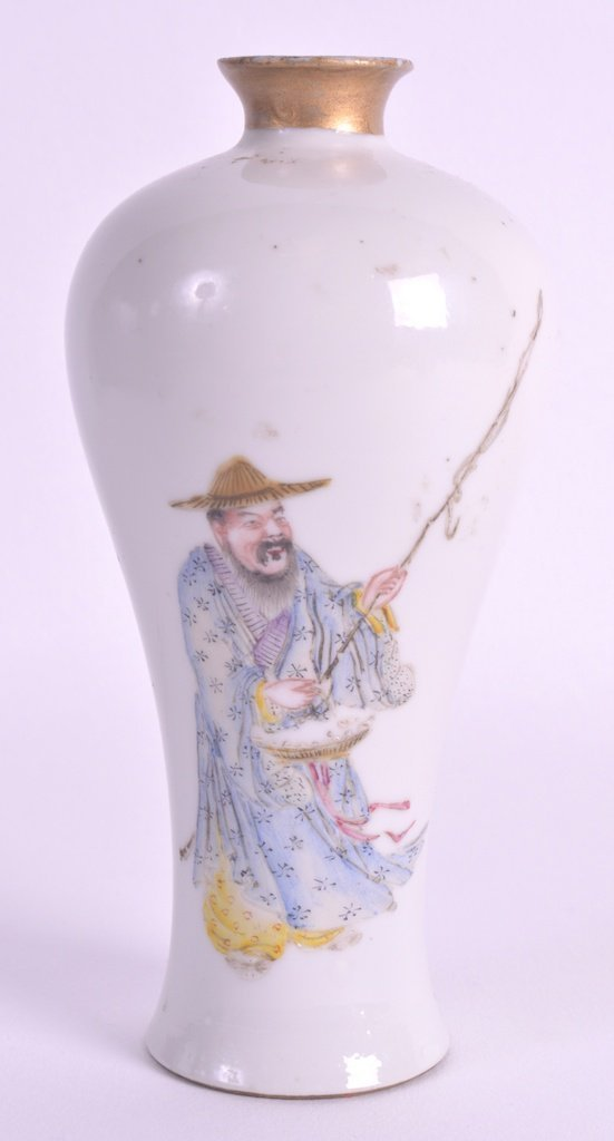 AN EARLY 20TH CENTURY CHINESE FAMILLE ROSE BALUSTER