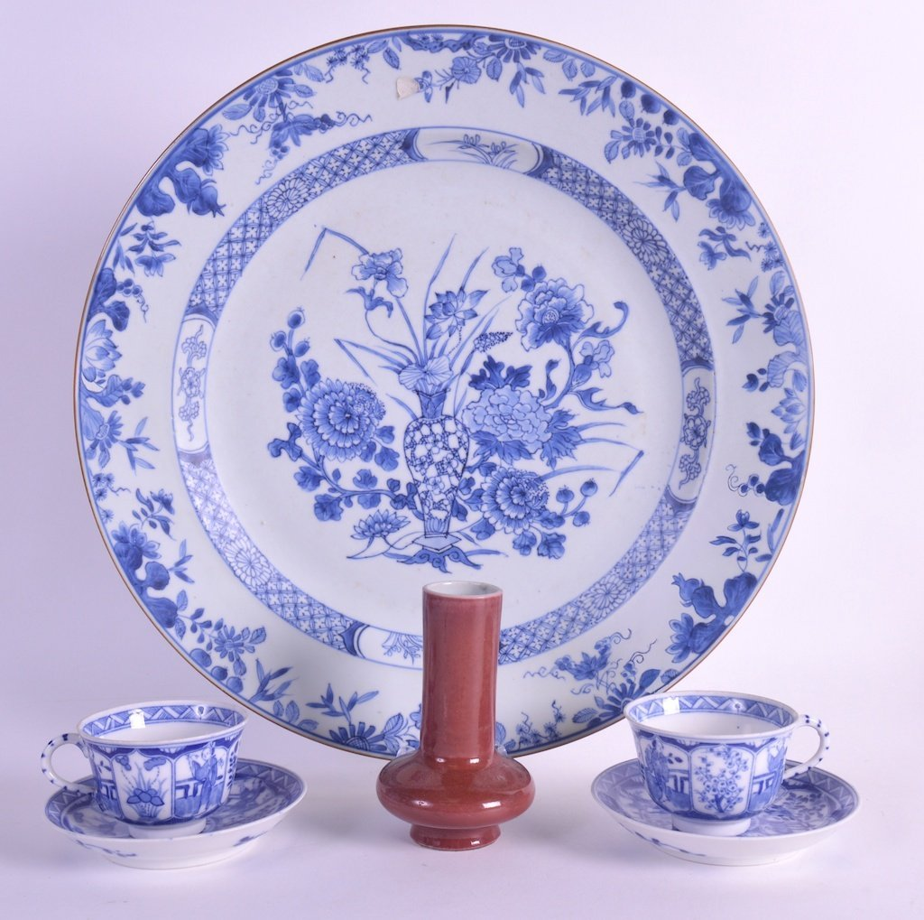 AN EARLY 18TH CENTURY CHINESE BLUE AND WHITE CIRCULAR
