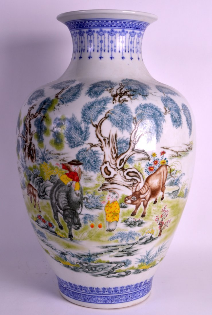 A VERY LARGE CHINESE PORCELAIN FAMILLE ROSE VASE 20th