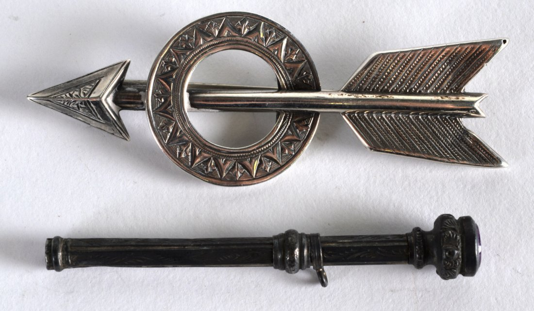 AN EDWARDIAN SILVER ARROW BROOCH together with a silver