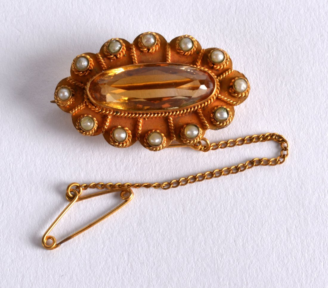 A VICTORIAN 15CT YELLOW GOLD AND TOPAZ BROOCH inset