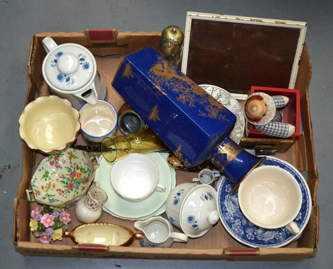 A MIXED GROUP OF ENGLISH AND CONTINENTAL CERAMICS.