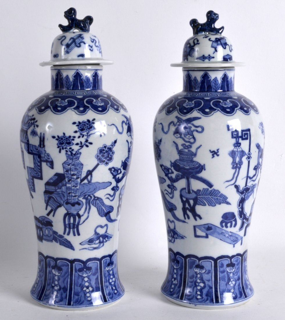 A PAIR OF EARLY 20TH CENTURY CHINESE BLUE AND WHITE