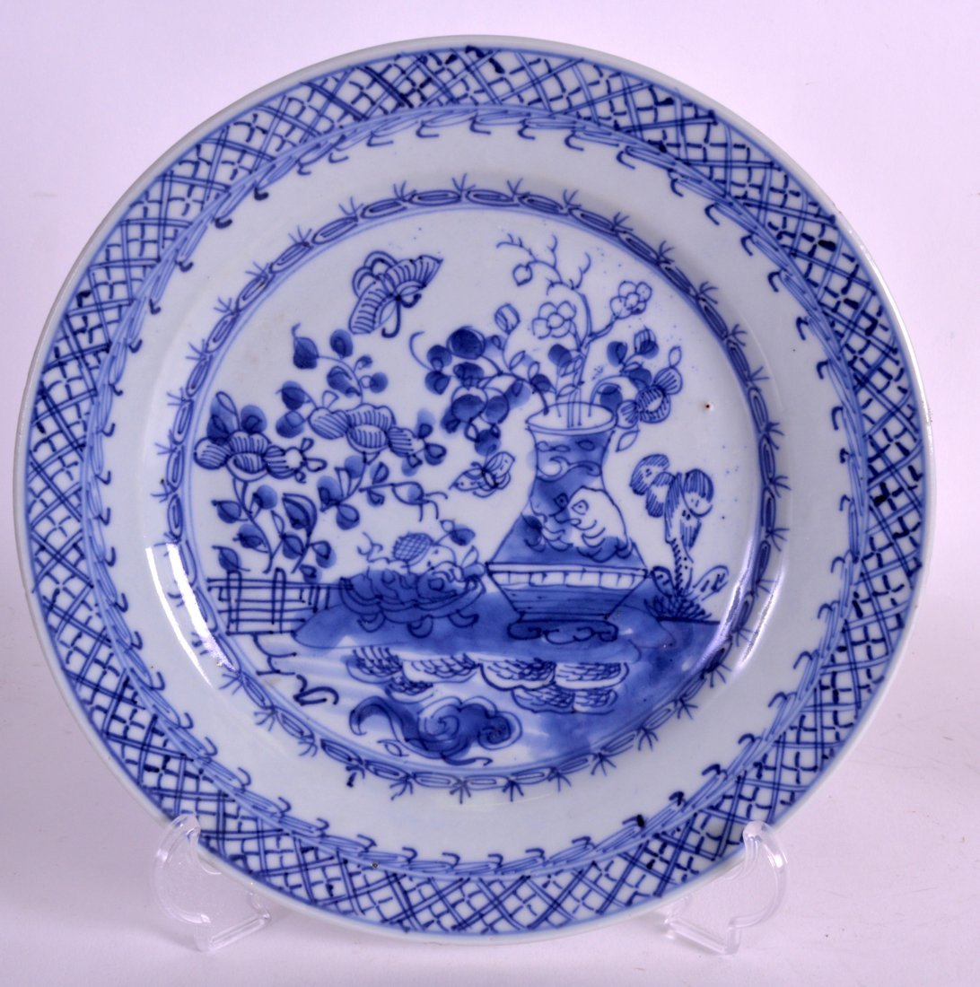 AN EARLY 18TH CENTURY CHINESE EXPORT BLUE AND WHITE