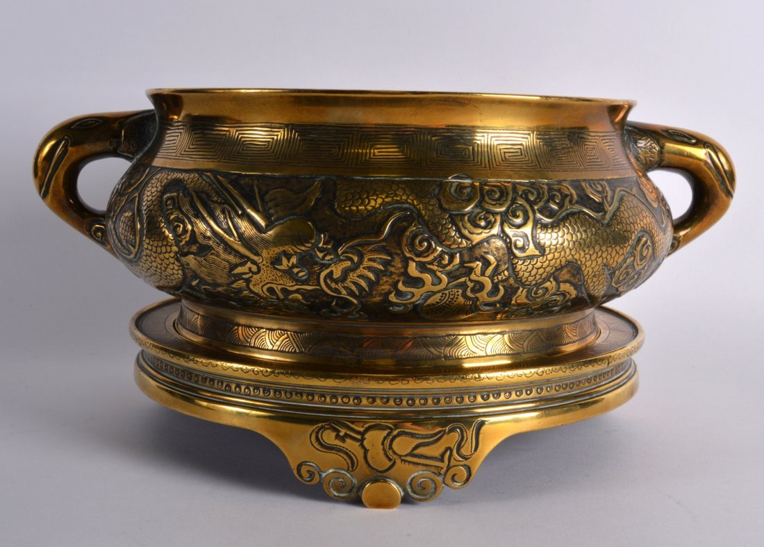 A FINE 18TH CENTURY CHINESE TWIN HANDLED BRONZE CENSER