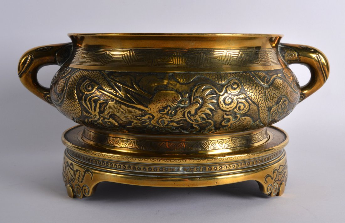 A FINE 18TH CENTURY CHINESE TWIN HANDLED BRONZE CENSER - 2