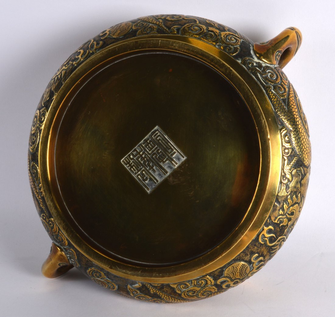 A FINE 18TH CENTURY CHINESE TWIN HANDLED BRONZE CENSER - 3