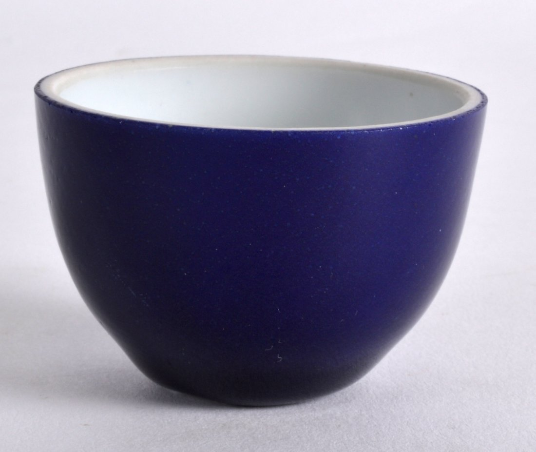 A SMALL 18TH CENTURY CHINESE BLUE GLAZED TEABOWL