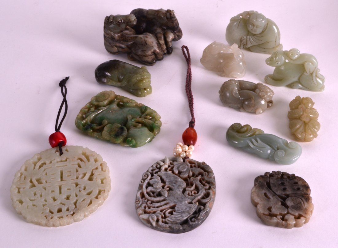 AN EARLY 20TH CENTURY CHINESE CARVED JADE PENDANT