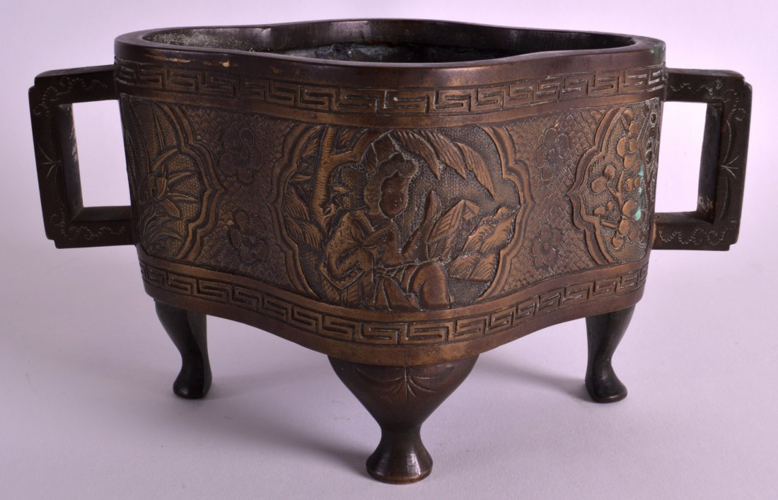 A 19TH CENTURY CHINESE TWIN HANDLED BRONZE CENSER - 2