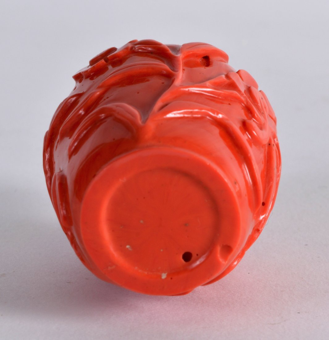 A FINE EARLY 20TH CENTURY CHINESE CARVED CORAL SNUFF - 3