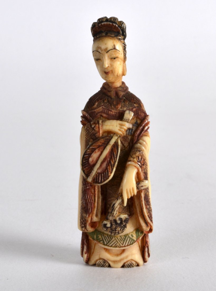 A LATE 19TH CENTURY CHINESE CARVED IVORY SNUFF BOTTLE