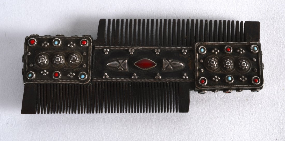 A 19TH CENTURY TIBETAN WHITE METAL AND CORAL COMB - 2