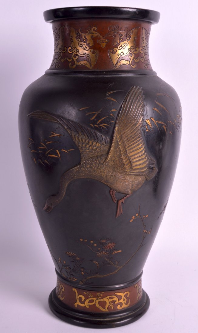 A GOOD 19TH CENTURY JAPANESE BRONZE VASE decorated in - 2