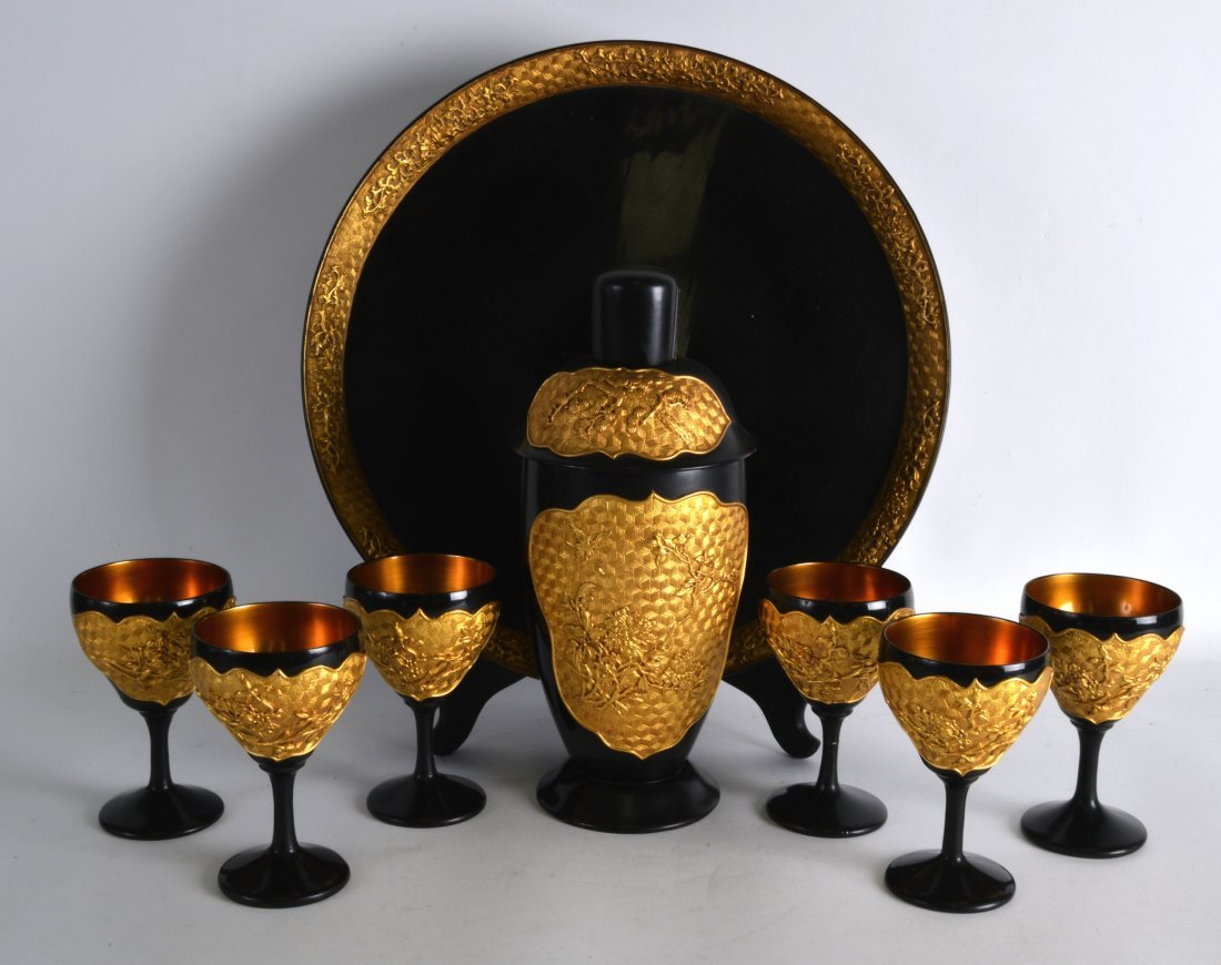 A GOOD EARLY 20TH CENTURY CHINESE BLACK AND GOLD