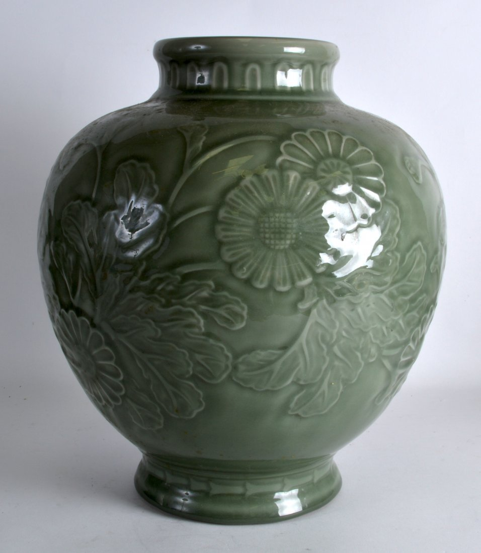 A LARGE CHINESE CELADON POTTERY JARDINIERE