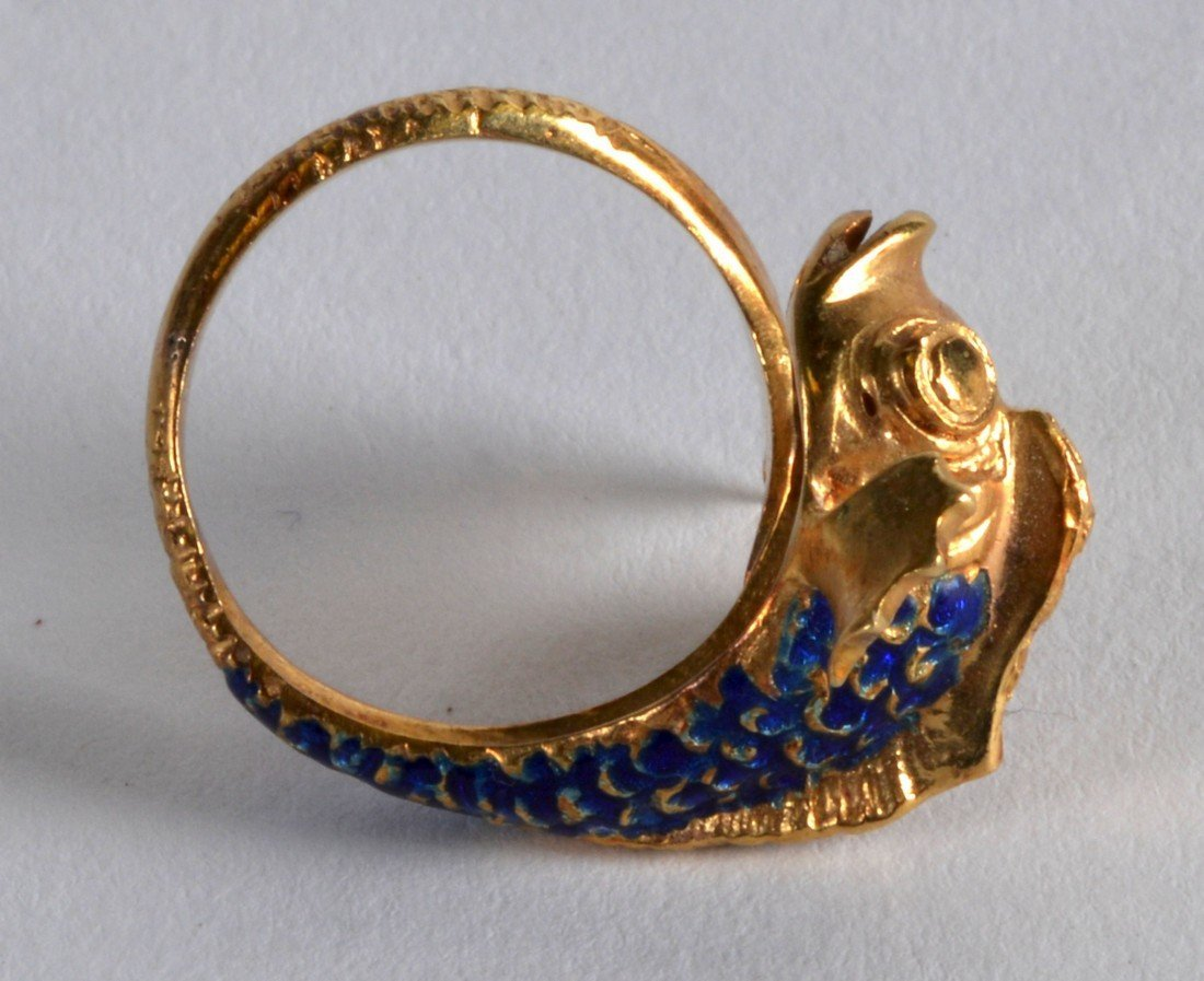 AN 18CT YELLOW GOLD AND ENAMEL FISH RING. 8.1 grams. - 2