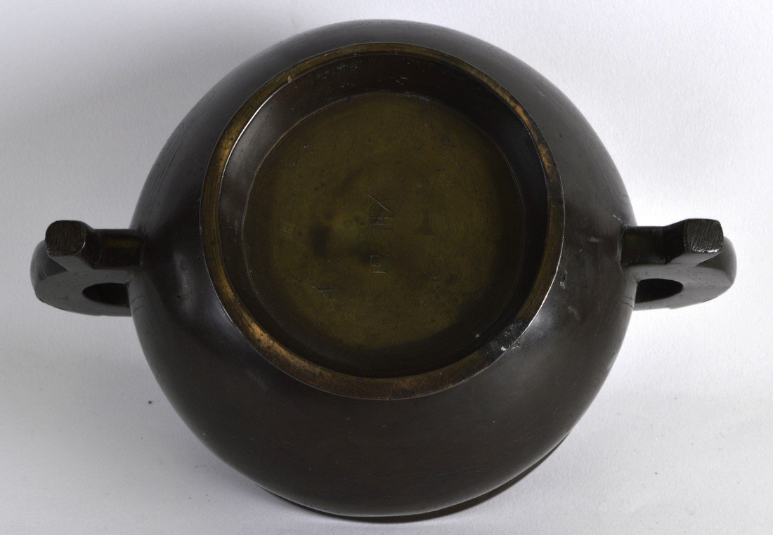 A 19TH CENTURY CHINESE TWIN HANDLED BRONZE CENSER - 3