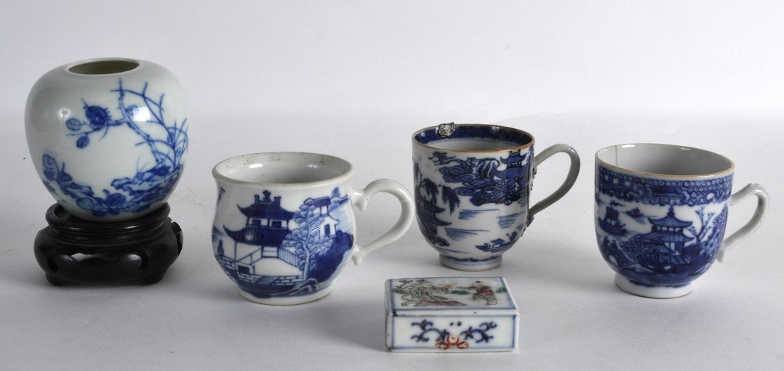 A PAIR OF 18TH CENTURY CHINESE EXPORT COFFEE CUPS