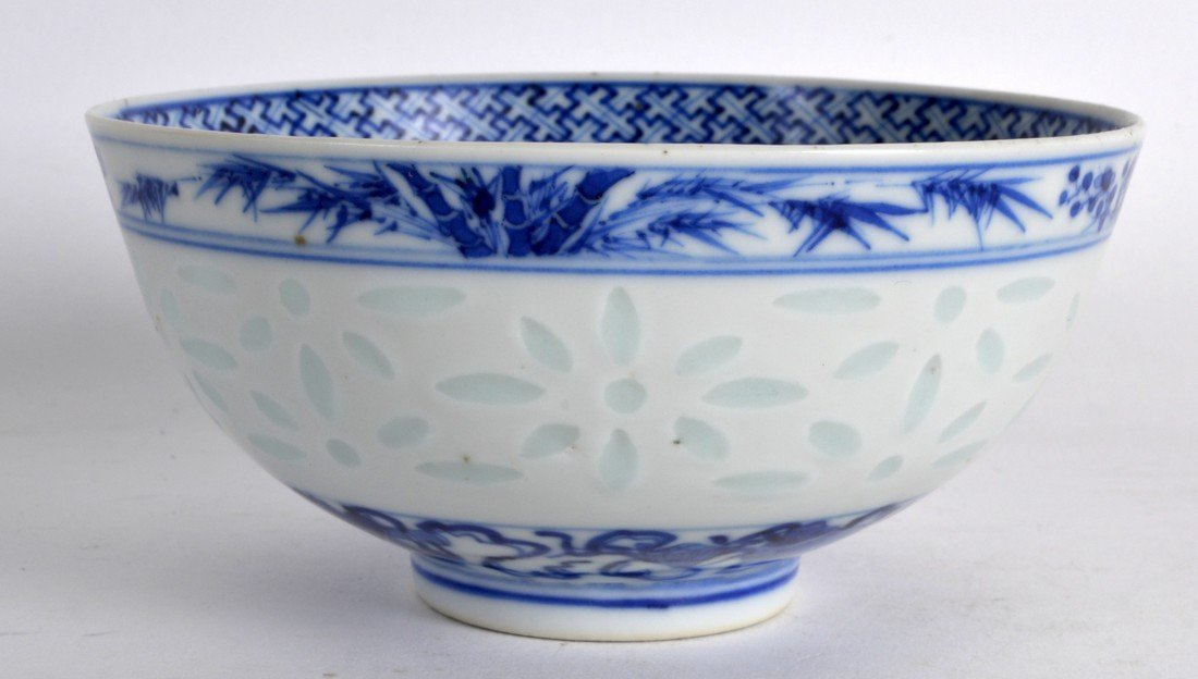 AN EARLY 20TH CENTURY CHINESE BLUE AND WHITE BOWL