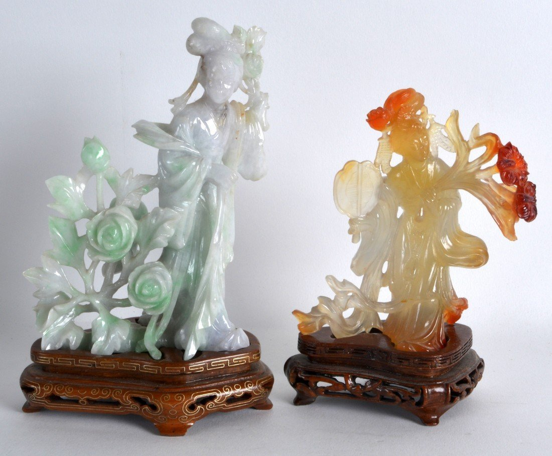 AN EARLY 20TH CENTURY CHINESE CARVED LAVENDER JADEITE