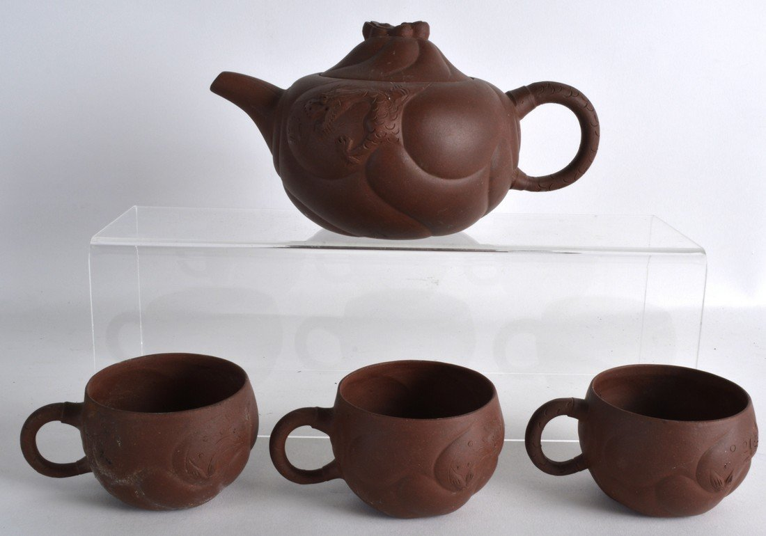 AN EARLY 20TH CENTURY CHINESE YIXING POTTERY TEAPOT AND - 2