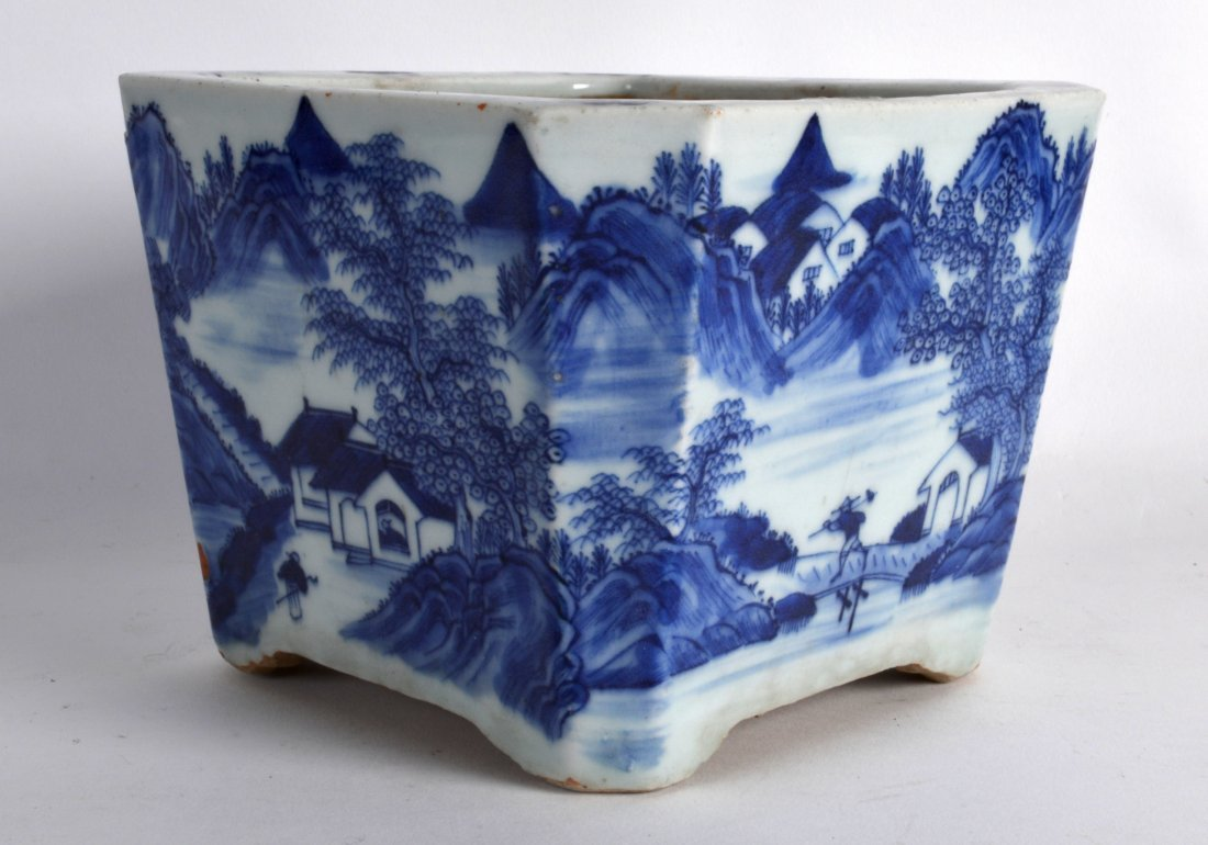 A MID 19TH CENTURY CHINESE BLUE AND WHITE PORCELAIN