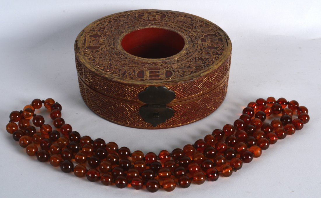 AN EARLY 20TH CENTURY CHINESE AMBER NECKLACE within a
