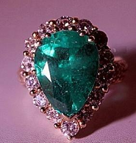 Ladys 18Kt Yellow Gold Columbian Emerald Ring
