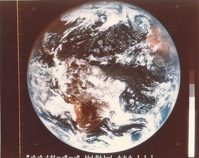 NASA  Premiere vue de la Terre dans son integralite