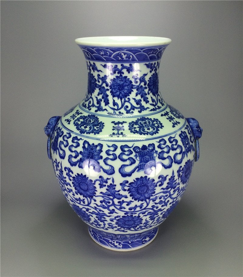 Exquisite blue and white large porcelain vase of Qing D