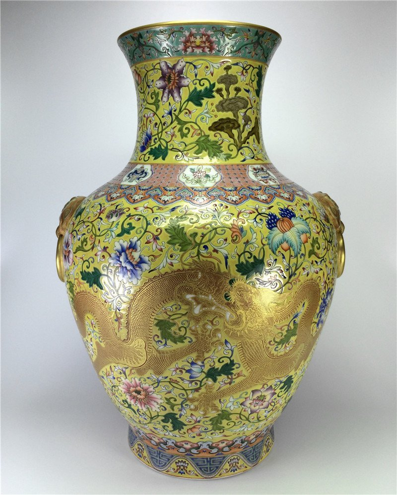 """Exquisite gilt enamel porcelain vase of Qing Dynasty """"Q"""