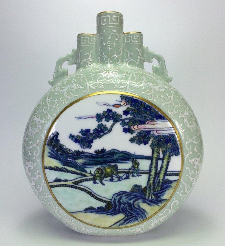 """Qing Dynasty """"QianLong"""" Exquisite porcelain flat vase ."""