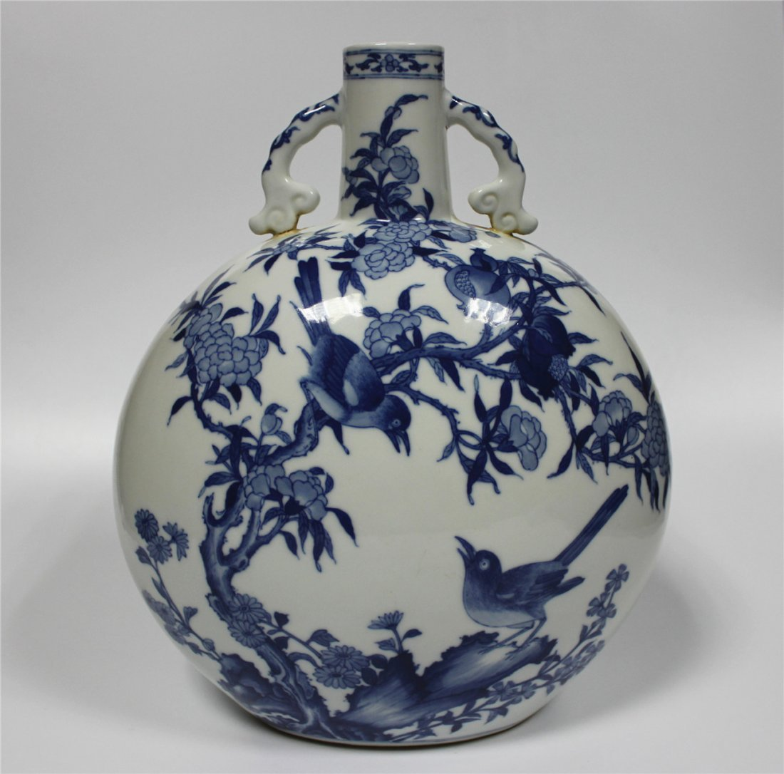 Exquisite blue and white porcelain flat vase of Qing Dy
